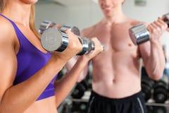 Sport - la coppia sta esercitandosi con il barbell in ginnastica Immagine Stock Libera da Diritti