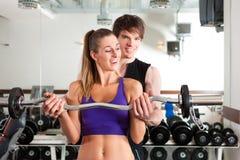 Sport - le couple s'exerce avec le barbell en gymnastique Photo libre de droits