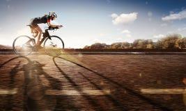 sport Le cycliste monte sur son vélo au coucher du soleil photographie stock