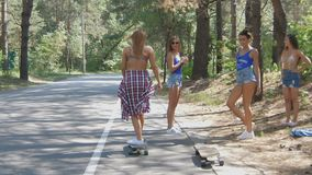 Sport, Lebensstil, Extrem und Leutekonzept - schönes Mädchen tätowiert Reiten-longboard auf der Straße in der Stadt in sonnigem stock footage