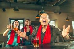 Sport, Leute, Freizeit, Freundschaft und Unterhaltungskonzept - glückliche Fußballfane oder Freundinnen, die Bier trinken und lizenzfreies stockfoto