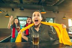 Sport, Leute, Freizeit, Freundschaft und Unterhaltungskonzept - glückliche Fußballfane oder Freundinnen, die Bier trinken und stockfotografie