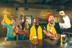 Sport, Leute, Freizeit, Freundschaft und Unterhaltungskonzept - glückliche Fußballfane oder männliche Freunde, die Bier trinken u stockbilder
