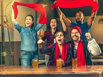 Sport, Leute, Freizeit, Freundschaft und Unterhaltungskonzept - glückliche Fußballfane oder männliche Freunde, die Bier trinken u lizenzfreie stockbilder