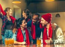 Sport, Leute, Freizeit, Freundschaft und Unterhaltungskonzept - glückliche Fußballfane oder männliche Freunde, die Bier trinken u stockfotografie