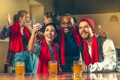 Sport, Leute, Freizeit, Freundschaft und Unterhaltungskonzept - glückliche Fußballfane oder männliche Freunde, die Bier trinken u stockfoto