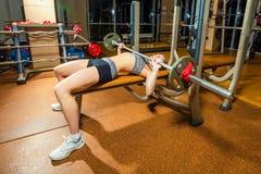 Sport młoda kobieta robi ćwiczeniom z barbell dalej Zdjęcie Royalty Free
