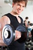 Sport - Mann trainiert mit Barbell in der Gymnastik Stockbilder