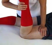 Sport-Massage-Technik auf Kniesehne Lizenzfreie Stockbilder