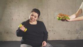 Sport med sjuklig mat kombination av aktivt liv med snabbmat stock video