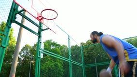 Sport motywacja koszyk?wek ?ycia sportowego zdrowia ulicy wolny czas Gracz zdobywa punkty piłkę w koszu na ulicznym sądzie Stażow zbiory wideo