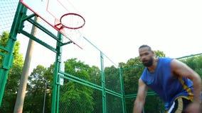 Sport motywacja koszyk?wek ?ycia sportowego zdrowia ulicy wolny czas Gracz zdobywa punkty piłkę w koszu na ulicznym sądzie Stażow zbiory