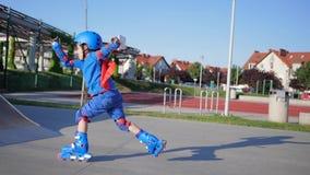 Sport- Niederlage, Kind Rollerblading fällt während der Fahrt auf rolldrome stock footage