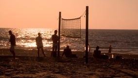 sport Nożna salwa Młodzi ludzie bawić się footvolley, plażowa piłka nożna na zmierzchu zbiory wideo