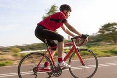 Sport och cyklabegrepp och idéer Yrkesmässig manlig cyklist Arkivfoton