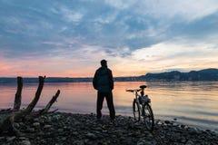 Sport och natur Sjö Maggiore på Angera, sikt in mot Arona, Italien arkivfoton