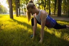 Sport opleidings uitrekkende openluchtgezondheidszorg Stock Afbeeldingen