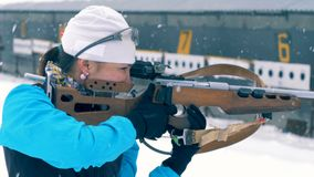 Sport osoba stoi karabin i trzyma podczas gdy celujący przy celem 4K zdjęcie wideo