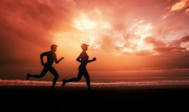 Sport Paar. A young couple runs on beaches during a warm summer morning Royalty Free Stock Photos