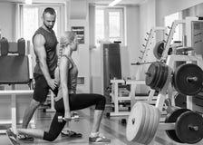 Sport- Paare in der Turnhalle Ausführung von schwierigen Übungen Angespannte Muskeln der Demonstration Profisportler im Training  lizenzfreies stockbild