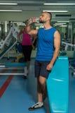 Sport- Paare in der Turnhalle Ausführung von schwierigen Übungen Angespannte Muskeln der Demonstration Profisportler im Training  stockfotografie