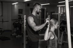 Sport- Paare in der Turnhalle Ausführung von schwierigen Übungen Angespannte Muskeln der Demonstration Profisportler im Training  lizenzfreie stockfotografie