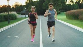 Sport para biegająca wpólnie w parku Młodzi ludzie jogging wpólnie zbiory wideo