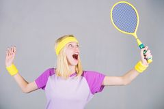 Sport pour la sant? de maintien Raquette de tennis de prise de femme ? disposition Concept de club de tennis Sport et divertissem photos stock