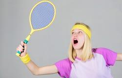 Sport pour la sant? de maintien Style de vie actif Raquette de tennis de prise de femme ? disposition Concept de club de tennis S photo stock
