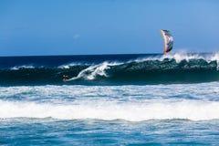Sport praticante il surfing dell'oceano dell'onda del cervo volante Fotografia Stock