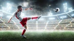 Sport Professionele voetballer die een bal schoppen Nacht 3d stadion met ventilators en vlaggen Het concept van het voetbal Voetb royalty-vrije stock foto