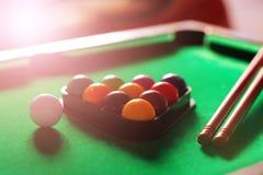 Sport, recreatie, spel, de concurrentie - Speelbiljart De biljartballen een richtsnoer op biljart dienen in stock afbeeldingen