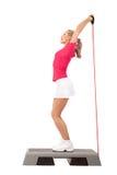 Sport-Reihe: Stepp-Aerobic mit Gewichten Lizenzfreie Stockfotografie