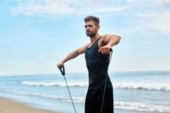 sport Ritratto dell'uomo che si esercita alla spiaggia durante l'allenamento all'aperto Immagine Stock