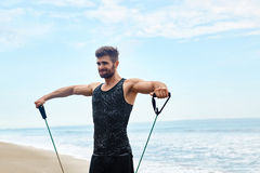 sport Ritratto dell'uomo che si esercita alla spiaggia durante l'allenamento all'aperto Immagine Stock Libera da Diritti
