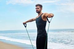sport Ritratto dell'uomo che si esercita alla spiaggia durante l'allenamento all'aperto Fotografie Stock Libere da Diritti