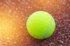 Sport rzeczy pojęcie: Tenisowe piłki w czerwień sądzie Tenis jest kanta sportem który może bawić się pojedynczo przeciw pojedyncz fotografia stock