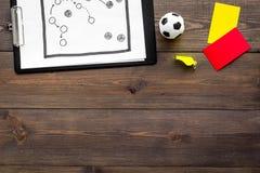 Sport sądzi pojęcie Piłka nożna arbiter Taktyka plan dla gry, futbolowej piłki, czerwieni i żółtych kartek, gwizd na drewnianym Fotografia Stock