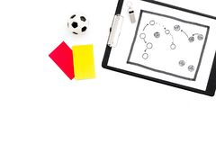 Sport sądzi pojęcie Piłka nożna arbiter Taktyka plan dla gry, futbolowej piłki, czerwieni i żółtych kartek, gwizd na bielu Zdjęcia Royalty Free