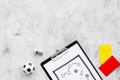 Sport sądzi pojęcie Piłka nożna arbiter Taktyka plan dla gry, futbolowej piłki, czerwieni i żółtych kartek, gwizd na kamieniu Zdjęcie Stock