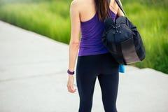 sport Schauen Sie zurück von der jungen sportlichen Frau nach oder vor Training und Betrieb im Park stockbild