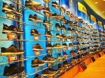 Sport-Schuhe auf Gestellen stockbild