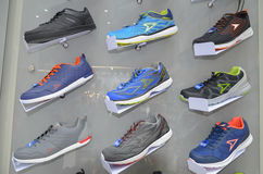 Sport-Schuhe im Regal Lizenzfreie Stockfotografie