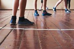 sport Sportliche Beine in Sportwear Entspannung durch pilates Kugel Warmes Tonning Lizenzfreies Stockbild
