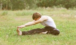 Sport, sprawność fizyczna, joga - pojęcie, mężczyzna robi ćwiczeniu Obrazy Royalty Free