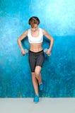 Sport sprawności fizycznej dziewczyna blisko błękitnej ściany Fotografia Stock