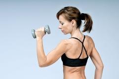 Sport sprawności fizycznej kobieta robi ćwiczeniu z dumbbells zdjęcie stock