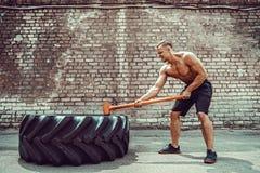 Sport sprawności fizycznej mężczyzna ciupnięcia koła opona Z młota saneczki krzyża napadu szkoleniem zdjęcie royalty free