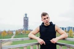 Sport sprawności fizycznej mężczyzna pozuje przeciw tłu miasto Męski atlety outside spadku park odpowiedni model Zdjęcie Royalty Free