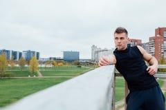 Sport sprawności fizycznej mężczyzna pozuje przeciw tłu miasto Męski atlety outside spadku park odpowiedni model Zdjęcie Stock